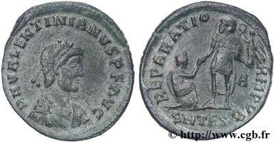 AE2 de Valentiniano II. REPARATIO - REIPVB . Emperador levantando mujer arrodillada. Tesalónica 52194.m