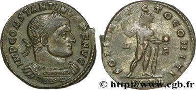 Nummus de Constantino I. SOLI INVICTO COMITI. Sol a izq. Arlés 64838.m