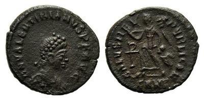 AE4 de Valentiniano II. SALVS REI PVBLICAE. Victoria marchando a izq. Cyzicus?. 1187073.m