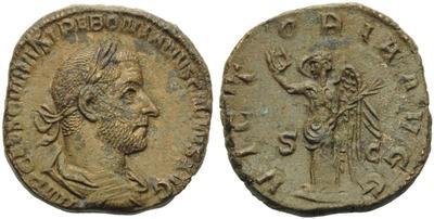Sestercio de Treboniano Galo. VICTORIA AVGG. Victoria estante a izq. Roma 4942227.m